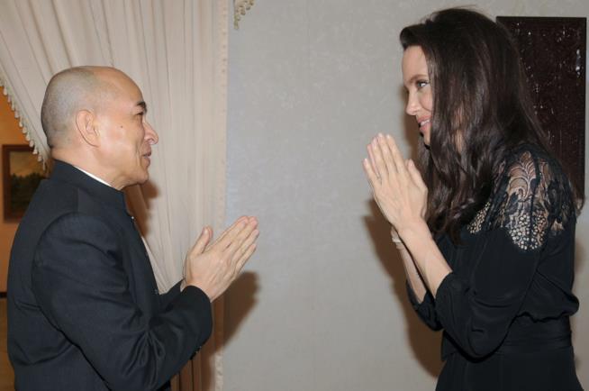 Angelina Jolie incontra il re della Cambogia Norodom Sihamoni
