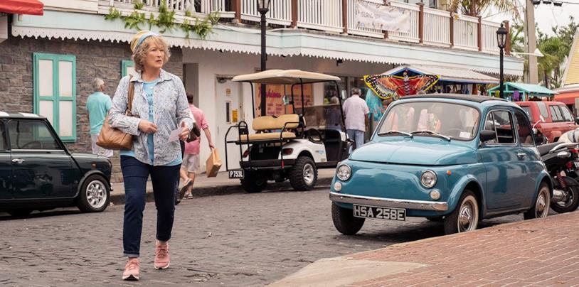 Meryl Streep attraversa la strada in una scena del film