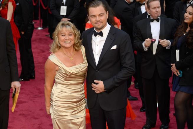 Primo piano di Leonardo DiCaprio con la madre