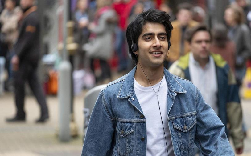 Viveik Kalra cammina per strada in una scena del film