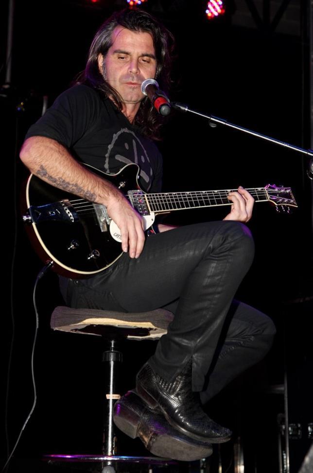 Pierò Pelù alla chitarra