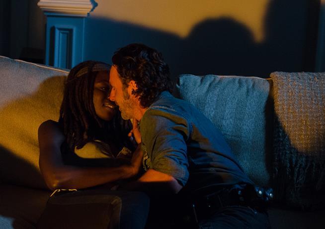 Rick e Michonne, protagonisti di The Walking Dead, si baciano