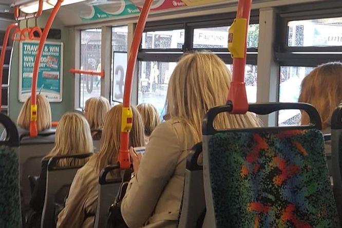 Donne in autobus con lo stesso taglio e colore dei capelli