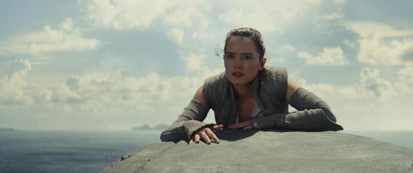 Daisy Ridley in una scena del film Star Wars - Gli ultimi Jedi
