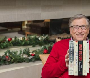 Bill Gates con i 5 libri da suggerire in mano