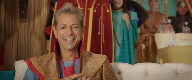 Il Gran Maestro in una scena di Thor: Ragnarok