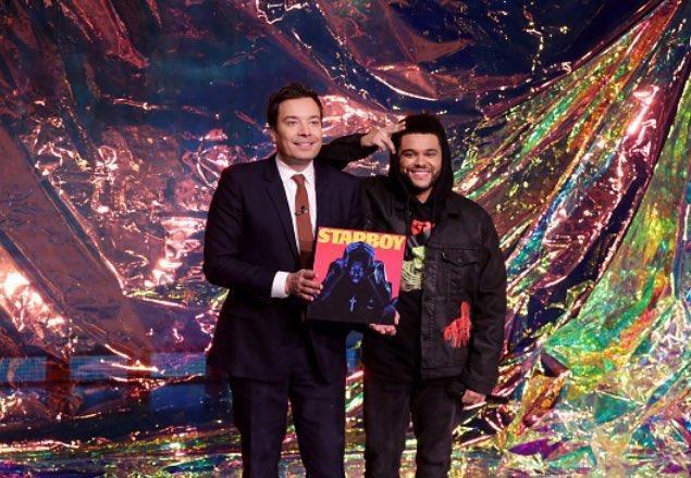 The Weeknd dal vivo al The Tonight Show con Jimmy Fallon