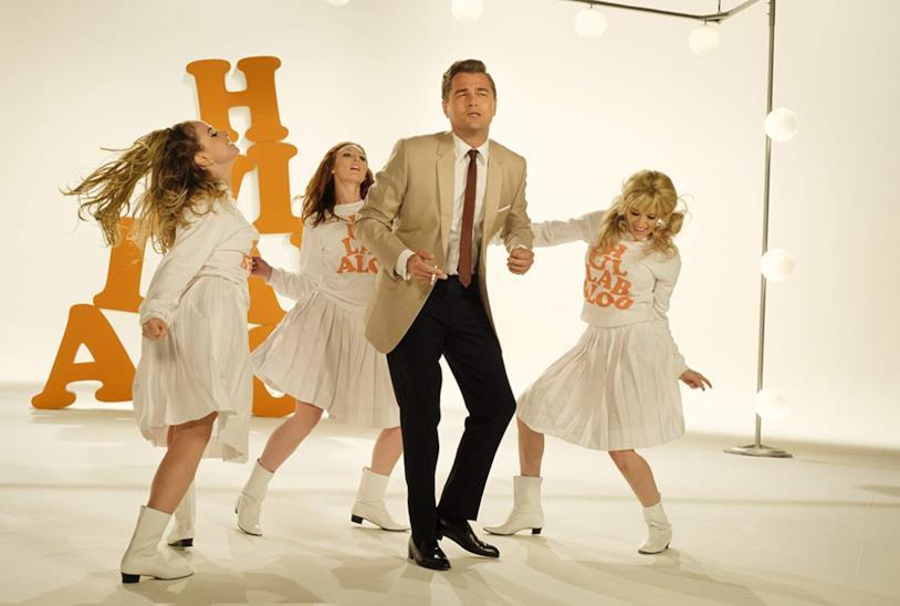 Leonardo DiCaprio balla circondato da tre ballerine in una scena del film