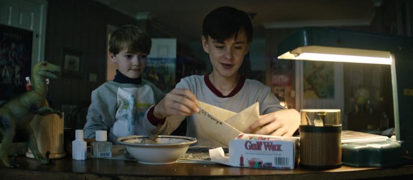 Bill costruisce una barchetta di carta per il fratellino Georgie nell'incipit di IT