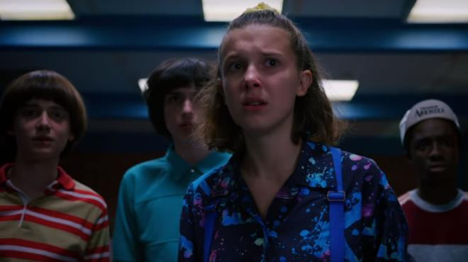 Millie Bobby Brown e il resto del cast in Stranger Things 3