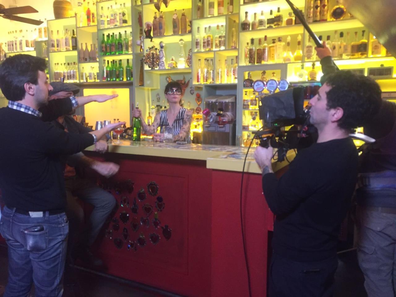 Bartendency: LaMario si dimostra una brava bartender dietro al bancone