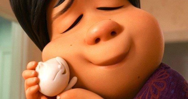Il raviolo cinese Bao e la madre in un momento di tenerezza