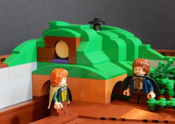 Due personaggi della saga Il Signore degli Anelli in formato omini LEGO presenti nel pinball