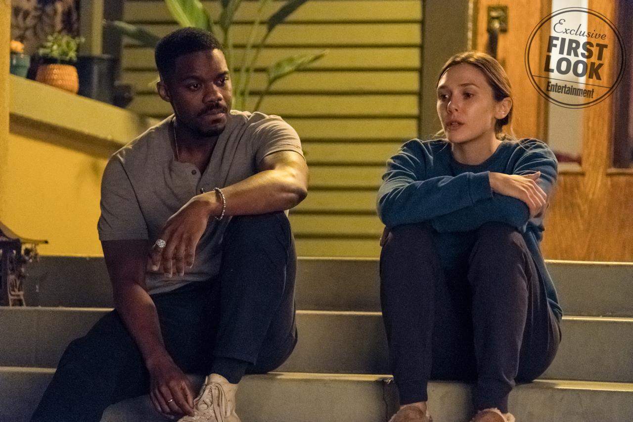Danny e Leigh seduti sul portico a parlare