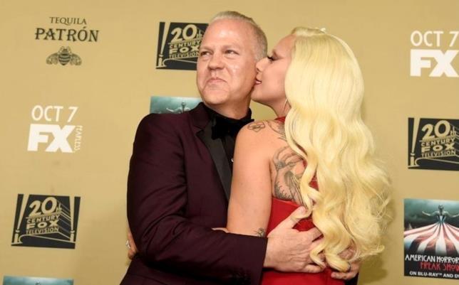 Ryan Murphy e Lady Gaga abbracciati alla premiere di American Horror Story: Hotel
