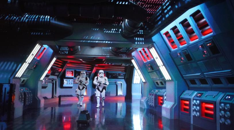Due Stormtroopers in azione nel parco a tema Star Wars: Galaxy's Edge