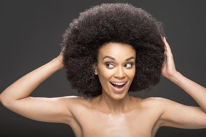 Una foto della riccioluta attrice africana Pearl Tusi