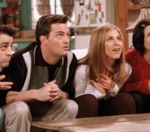 I protagonisti di Friends seduti sul divano nell'appartamento di Monica