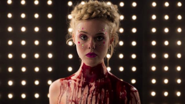 Elle Fanning in una scena di The Neon Demon