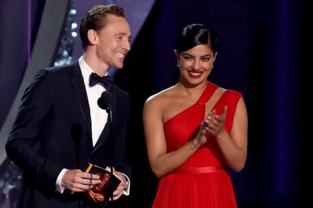 Primo piano di Tom Hiddleston e Priyanka Chopra