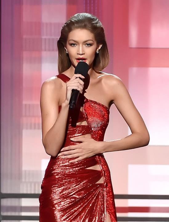 Gigi Hadid presenta i American Music Awards con un abito rosso glitterato