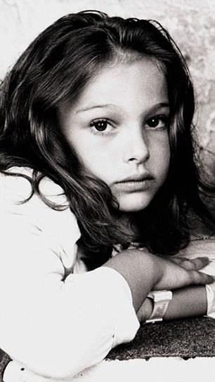 Una piccola Natalie Portman dai capelli lunghi