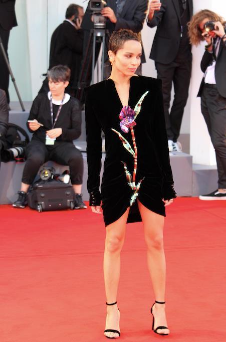 L'outfit sfoggiato da Zoë Kravitz a Venezia 74.