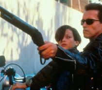 Edward furlong e Arnold Schwarzenegger in una scena di Terminator 2 - Il giorno del giudizio
