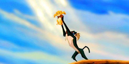 Rafiki presenta Simba in una scena-culto de Il Re Leone