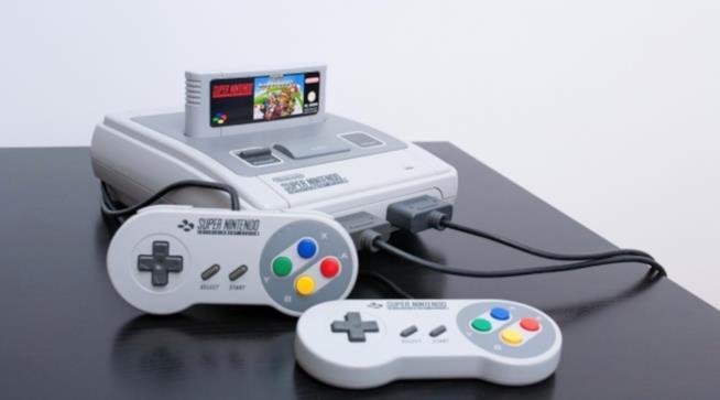 Il Super Nintendo su un tavolo