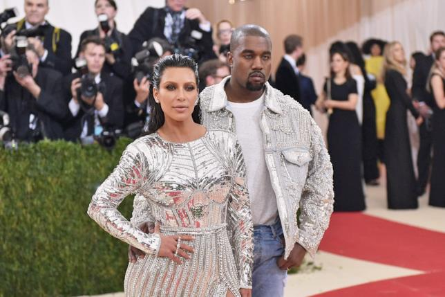Primo piano di Kim Kardashian e Kanye West sul red carpet