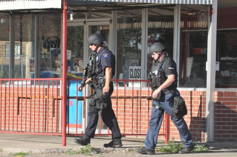Una foto della polizia in assetto da guerra sui luoghi della strage di Aurora