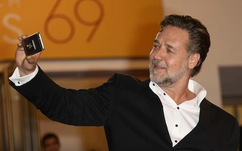 Russell Crowe durante l'asta The Art of Divorce