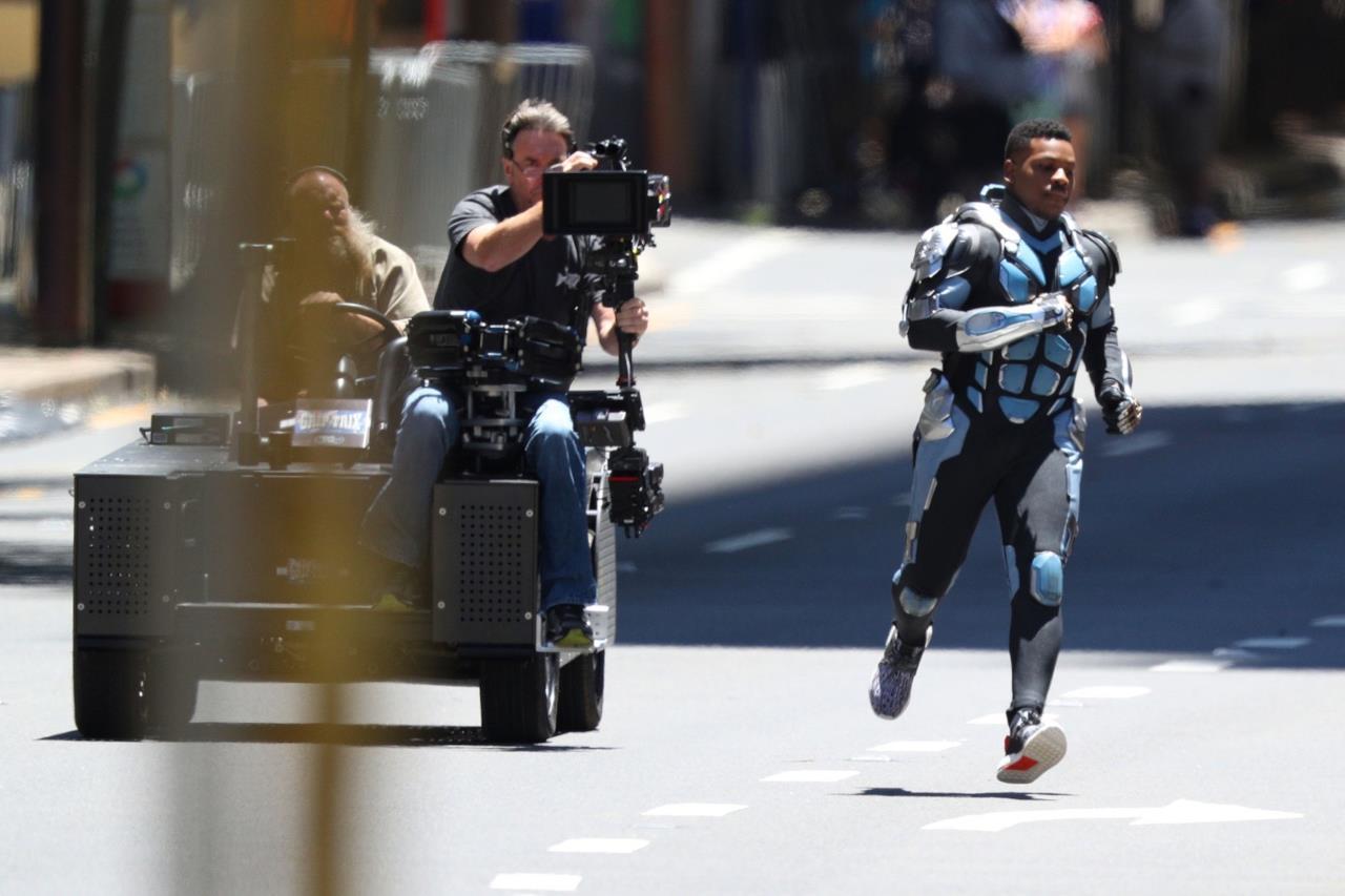 John Boyega e la troupe durante le riprese di Pacific Rim 2