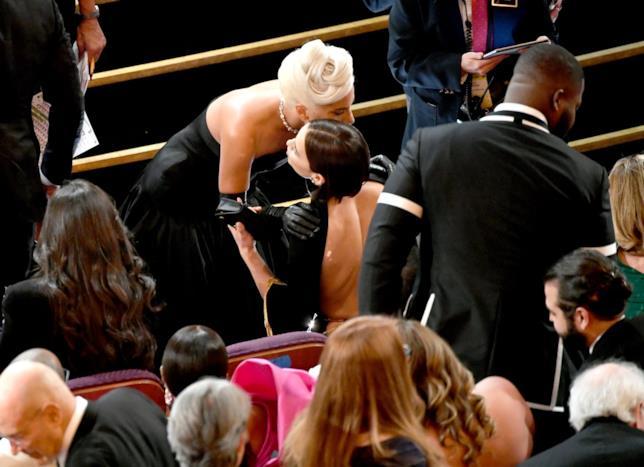 Irina Shayk abbraccia Lady Gaga