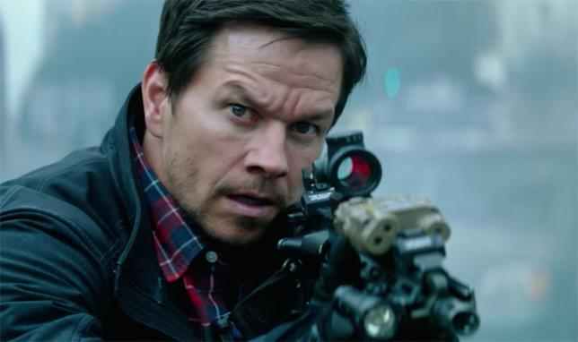 Mark Wahlberg prepara la mira in una scena del film