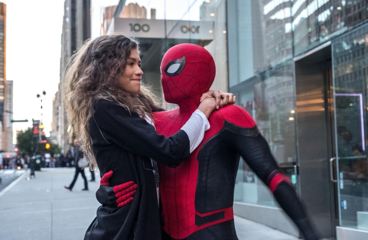 Spider-Man con Michelle tra le braccia