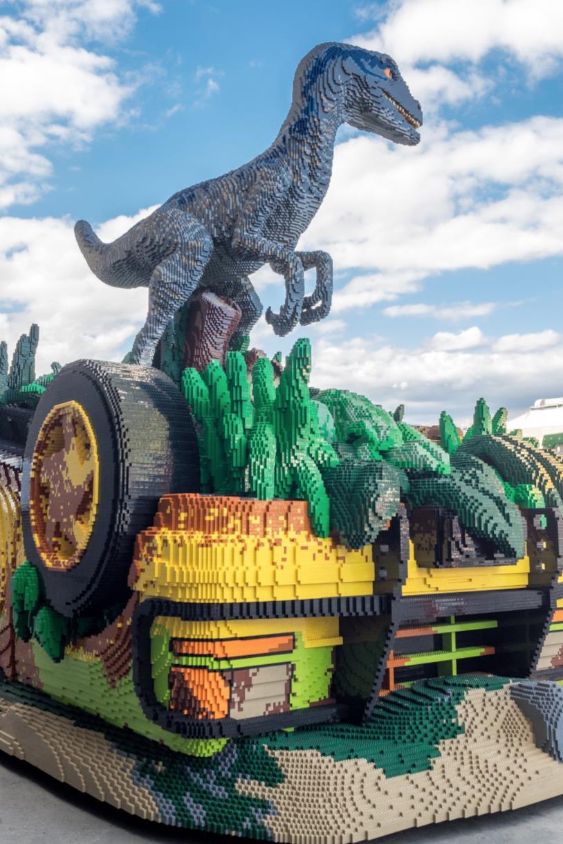 Primo piano della scultura in LEGO posizionata davanti allo Studio 18 degli Universal Studio di Hollywood: Il Velociraptor Blue e il quattro ruote Explorer di Jurassic World