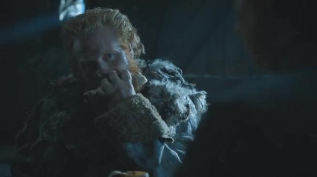 Tormund mangia con sguardi sensuali rivolti a Brienne