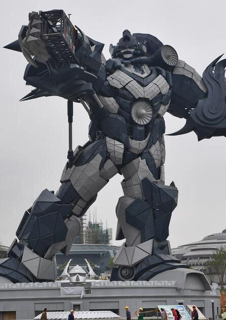 Il robot gigante in stile Transformers, simbolo dell'Oriental Science Fiction Valley