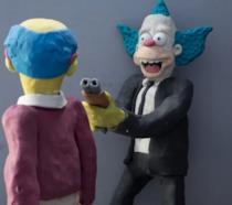 Un uomo mascherato da Krusty il Clown sta per sparare a Kirk Van Houten