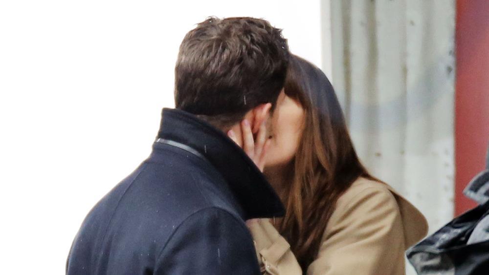 Dakota Johnson e Jamie Dornan si scambiano un bacio durante Cinquanta Sfumature Di Nero
