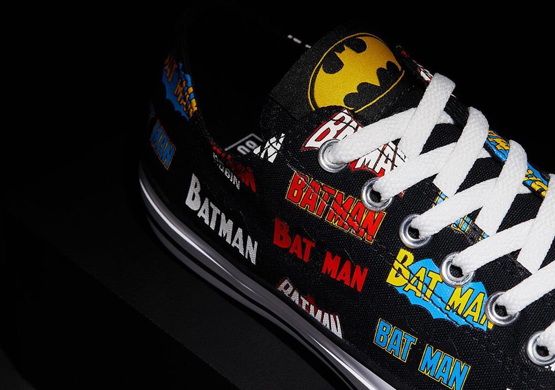 I loghi di Batman decorano una delle scarpe Converse