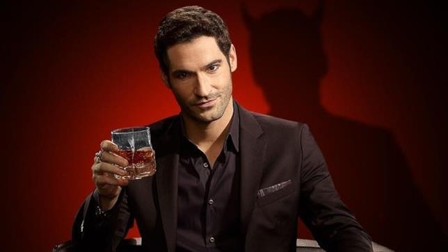 Lucifer regge un bicchiere in mano
