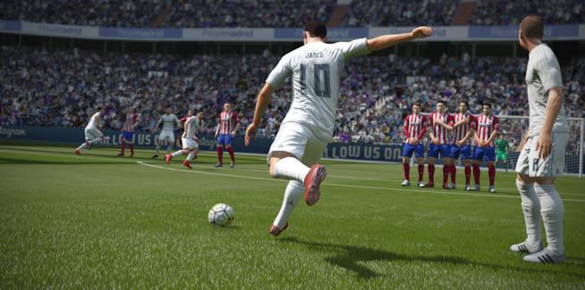 Azione in campo in uno screenshot di FIFA 16