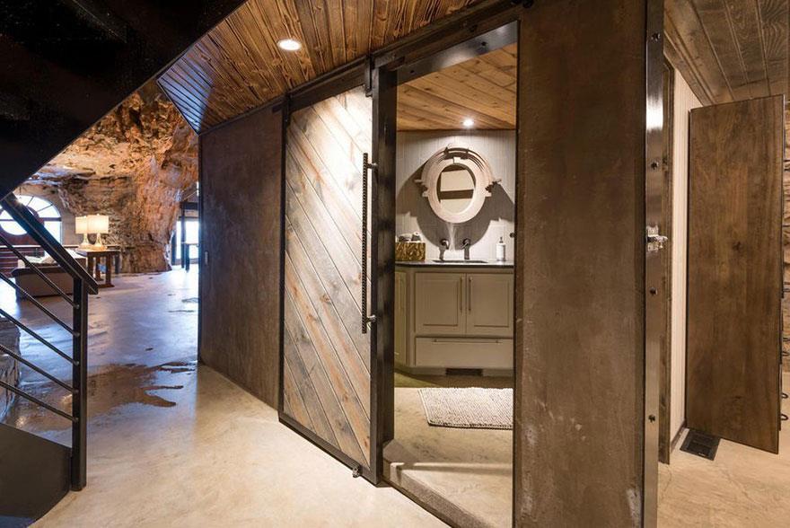 L'interno della Beckam Creek Cace Lodge: la porta per accedere a uno dei bagni della struttura