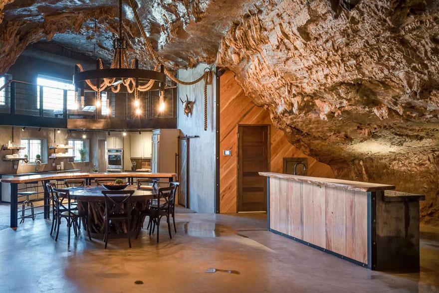 L'interno della Beckam Creek Cace Lodge: cucina, tavolo, bancone del bar e parete in pietra