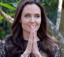 Angelina Jolie nel corso della sua visita in Cambogia