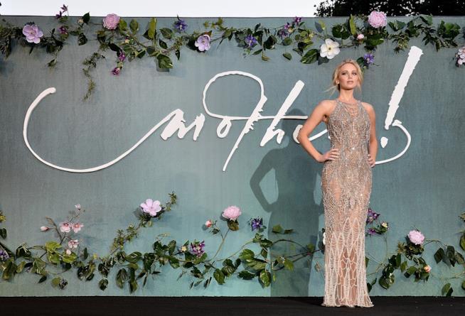 Jennifer Lawrence, bellissima, alla premiere di Mother!