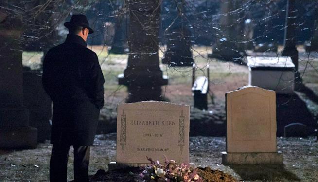 Red Reddingotn di fronte alla tomba di Elizabeth Keen